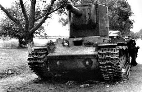Брошенные танки КВ в пригороде. Июль 1941 г.