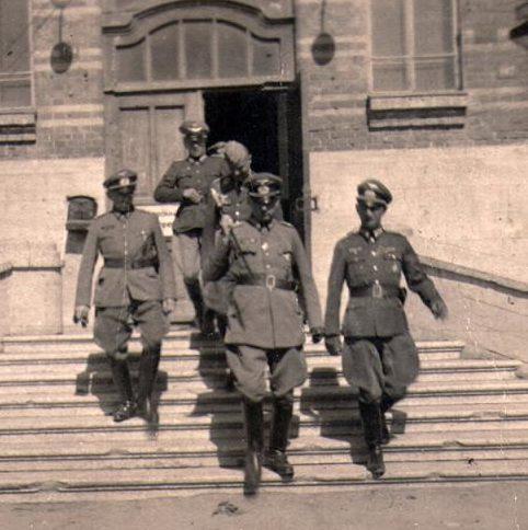 Генерал-фельдмаршал В. Лист посещает военный лазарет. Август 1942 г.