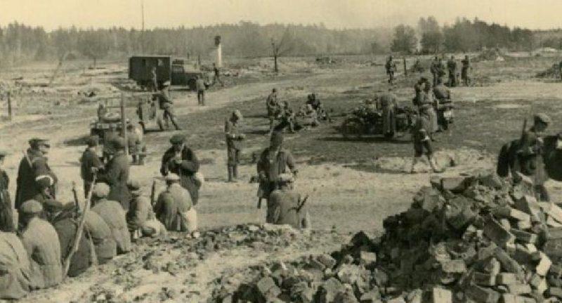 «Каминцы» на месте сожженной деревни за связь с партизанами.