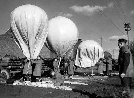 Надувание шаров водородом из баллонов в начале операции.