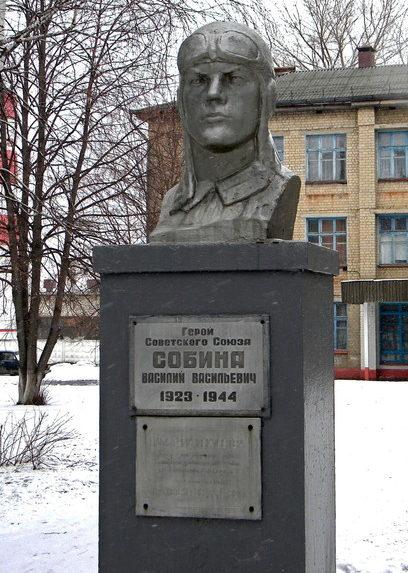 г. Алексеевка. Бюст Героя Советского Союза В.В. Собина, установленный на одноименной улице.