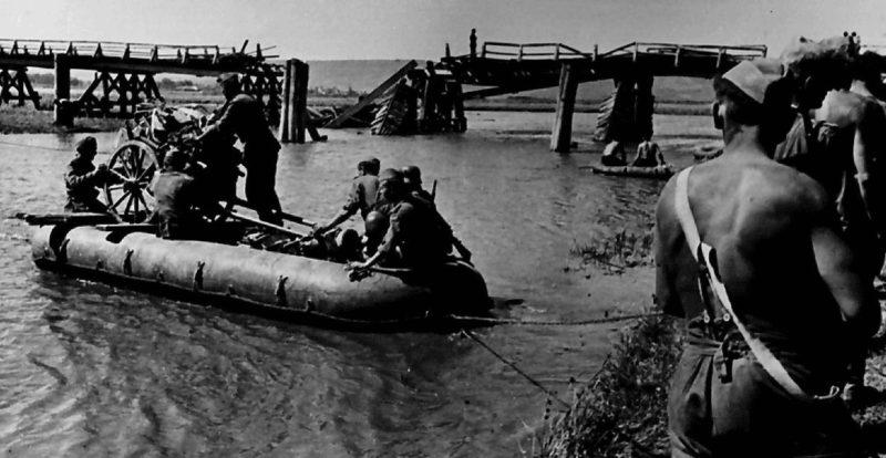 Немецко-румынские войска переправляются через Днестр. 1941 г.