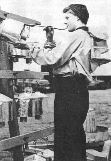 Девушка-доброволец из WRNS снаряжает аэростат.