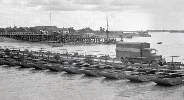 Строительство моста и временная переправа через реку Кубань в районе КРЭС. 1942 г.