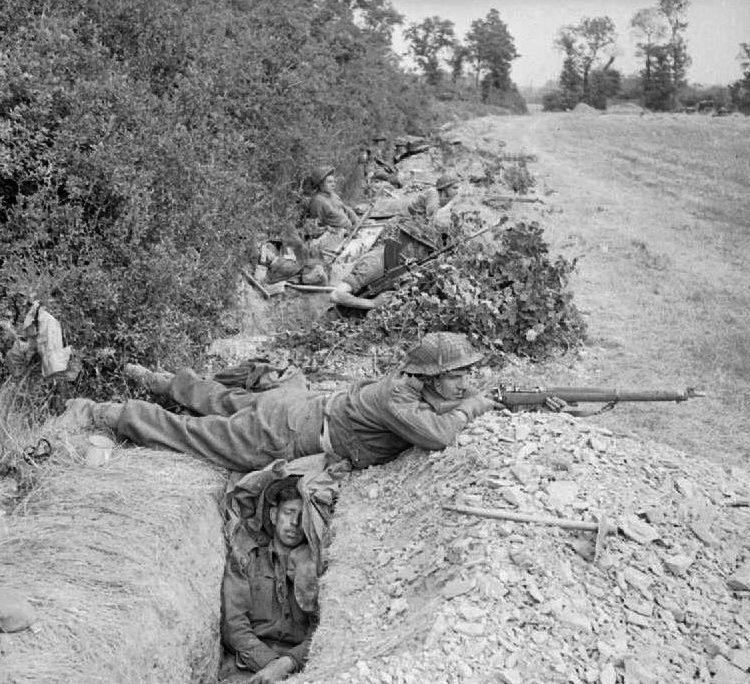 Британские пехотинцы в долине Одон. 16 июля 1944 г.