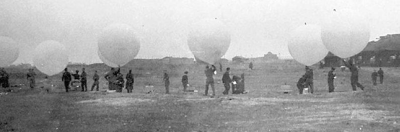 Персонал Женской королевской военно-морской службы запускает воздушные шары.