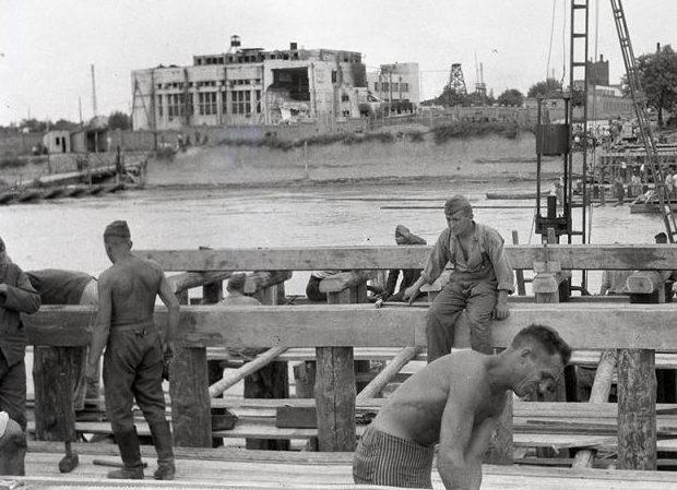 Строительство переправы через р. Кубань. 1942 г.