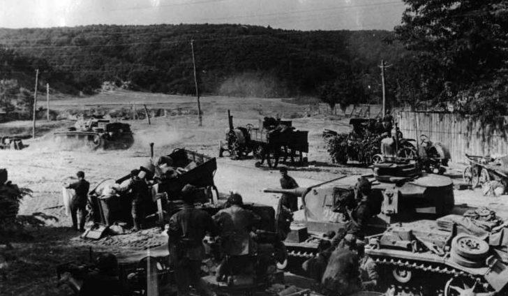 Разбитая советская техника в городе. Август 1942 г.