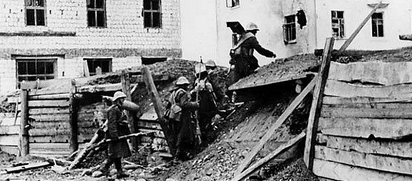 Румынские солдаты в бою за город в районе Промгородка. Октябрь 1942 г.