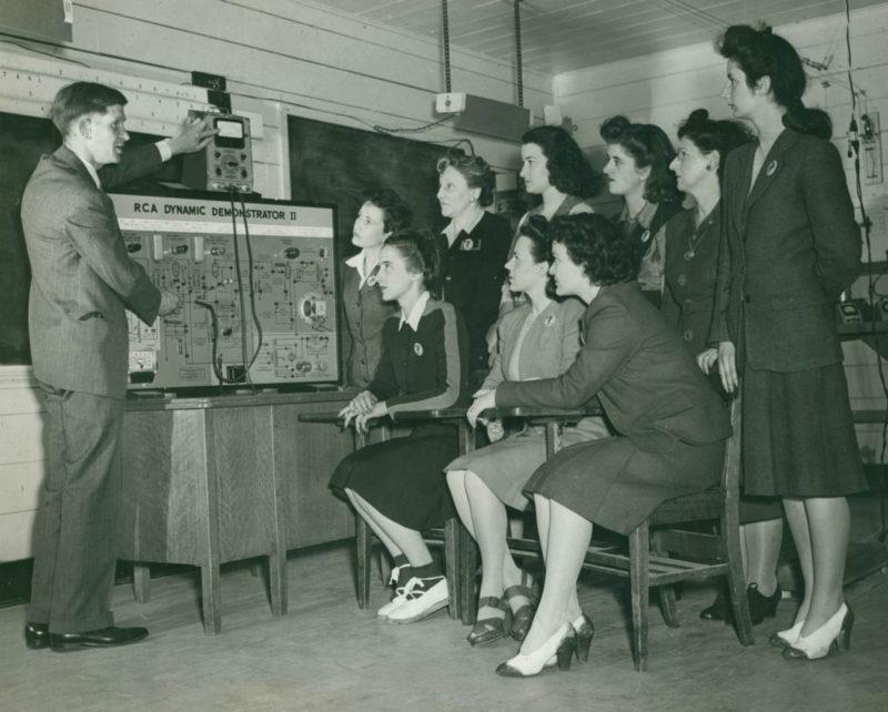 Уроки для радиомехаников в школе WAC. Пол Смитс, 1943 г.