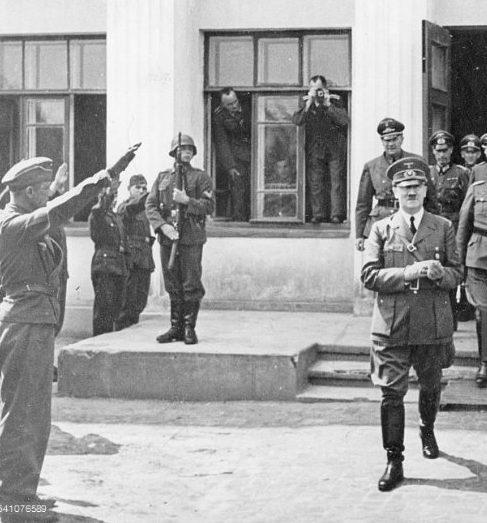 Гитлер выходит со штаба группы армий «Юг» в Бердичеве. 6 августа 1941 г.