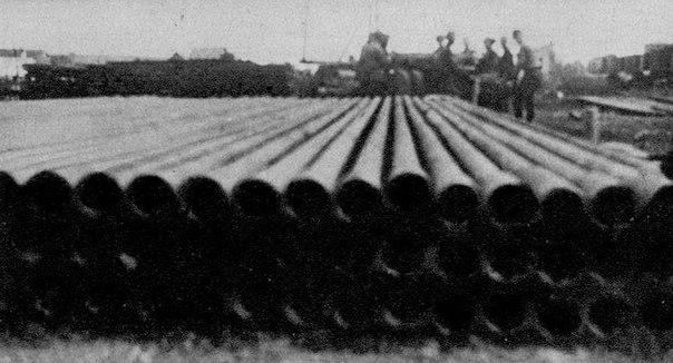 Завезенные немцами трубы на нефтепромысел. 1942 г.