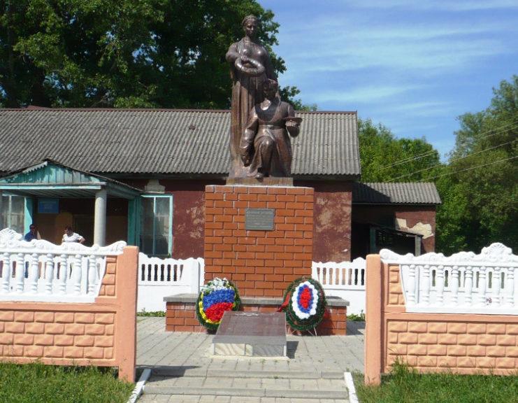 с. Вериговка Валуйского городского округа. Памятник по улице Зеленой 5а, установленный на братской могиле, в которой захоронено 20 советских воинов, погибших в 1943 году.