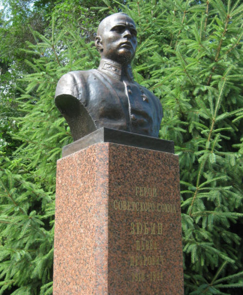 Бюст Героя Советского Союза Зюбина П.П., установленный в парке Победы на Аллее Героев.