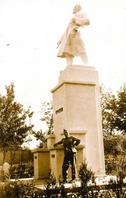 Памятник Ленину. Август 1941 г.