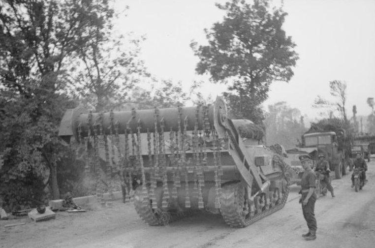 Британский цепной трал на базе танка «Шерман» у реки Орн. 18 июля 1944 г.
