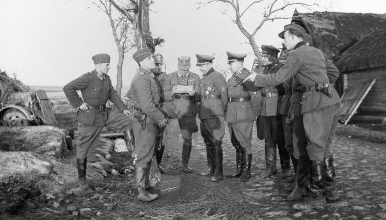 Антипартизанская карательная операция. Каминский с группой членов своего штаба.