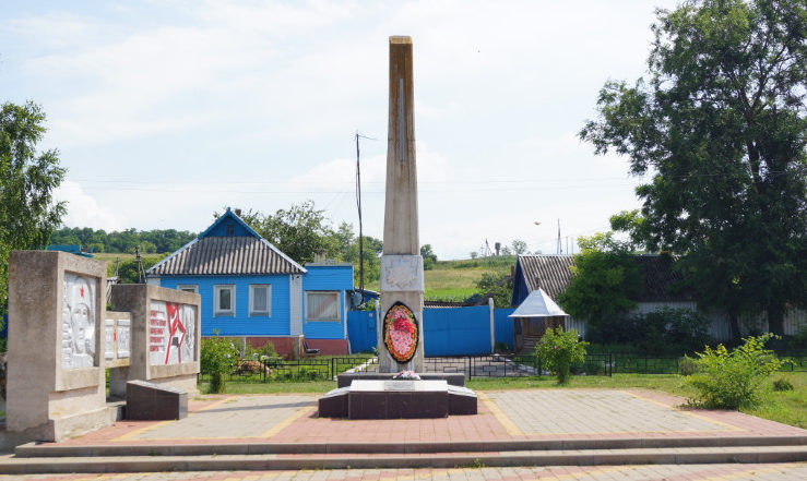 с. Драгунка Ивнянского р-на. Памятник, установленный на братской могиле, в которой похоронено 34 советский воина, погибших в 1943 году.
