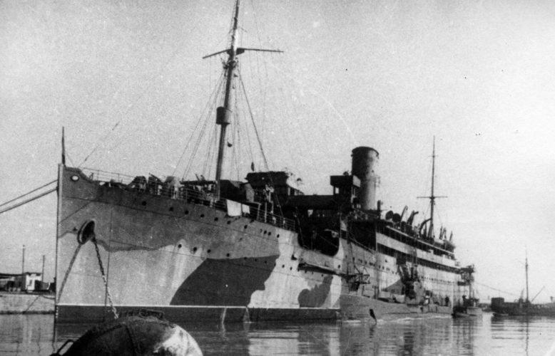 Советская подводная лодка Щ-205 у борта плавбазы «Нева» в Туапсе. 1942 г.