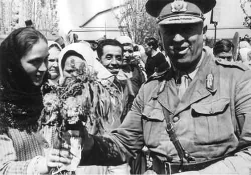 Местные жители с румынским бригадным генералом Николае Гинерару. Сентябрь 1941 г.