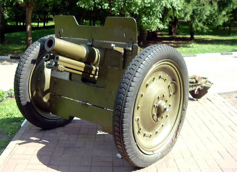 Памятник - 76-мм полковая пушка.