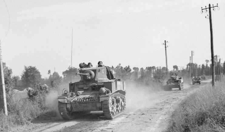 Британские танки «Стюарт» движутся к Эсовиллю. 18 июля 1944 г.