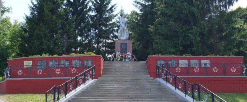 п. Ивня. Мемориал по улице Коммунальной, установленный на братской могиле, в которой похоронено 138 мирных жителей, казненных фашистами в 1943 году.