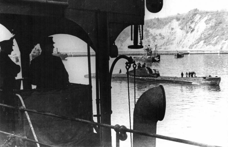 Советская подводная лодка Щ-208 входит в порт Туапсе. 1942 г.