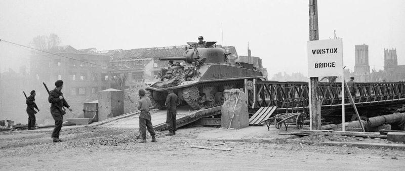 Танк «Шерман» пересекает «Мост Уинстона» через реку Орн. 24 июля 1944 г.