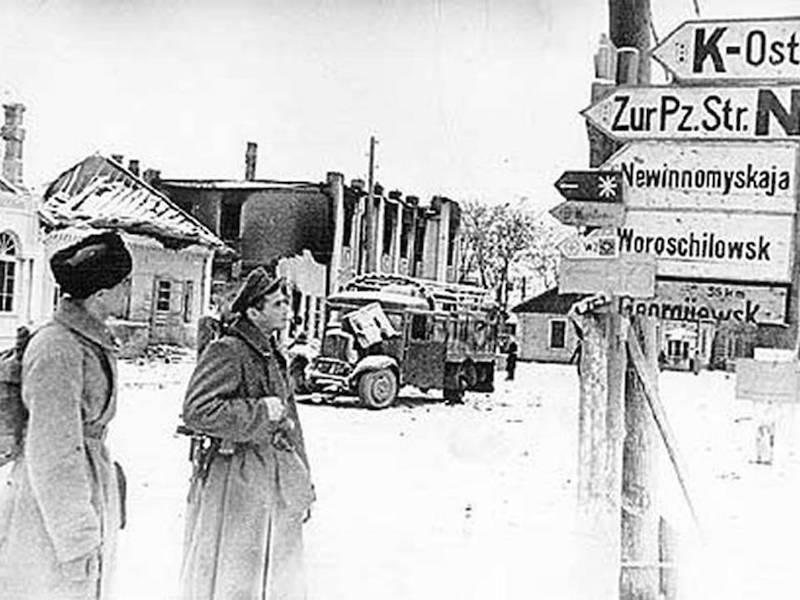 Красноармейцы в освобожденном городе. 20 января 1943 г.