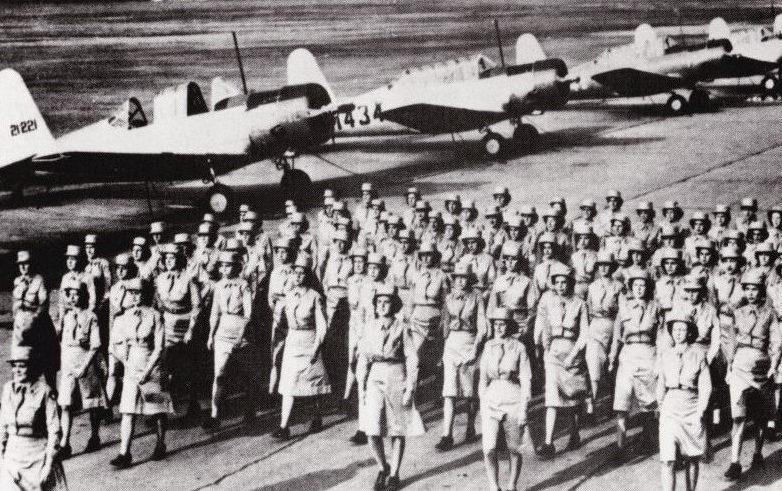 Подразделение WAC в летней форме на аэродроме. Бедфорд, 1943 г.