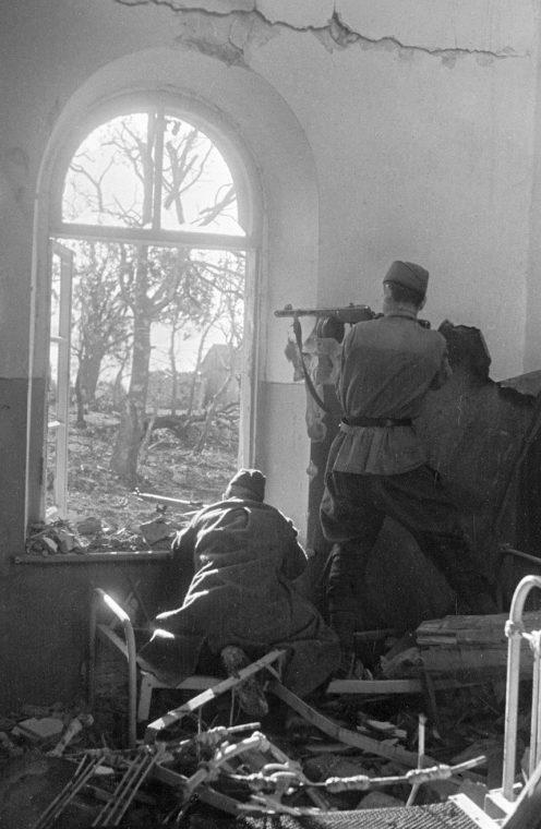 Красноармейцы в бою северо-восточнее Туапсе. 31 октября 1942 г.