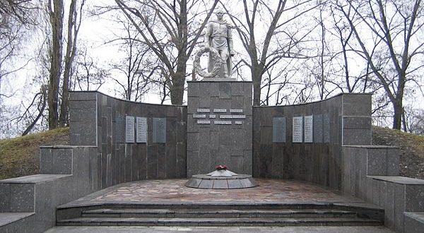 г. Белгород. Мемориал по проспекту Б.Хмельницкого, установленный на братской могиле, в которой похоронено 76 советских воинов погибших при освобождении города.