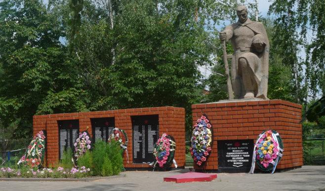 с. Варваровка Алексеевского городского округа. Памятник по улице Центральная 115, установленный в память о 139 воинах-земляках, не вернувшихся с войны.