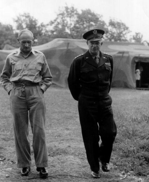 Британский фельдмаршал Бернард Монтгомери и американский генерал Дуайт Эйзенхауэр в штабе союзных войск во Франции. 26 июля 1944 г.