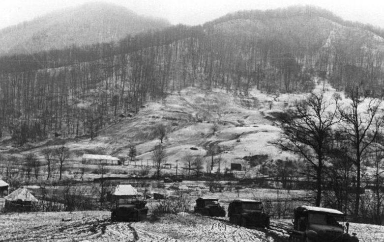 Конвой гусеничных машин в предгорье Туапсе. 1942 г.