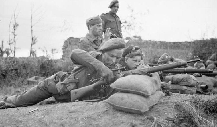 Обучение в школе снайперов во французской деревне. 27 июля 1944 г.