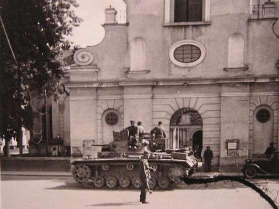 Немецкие войска у костела. 1941 г.
