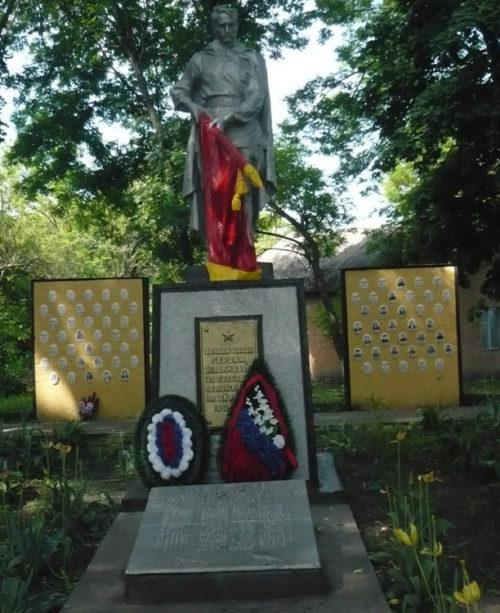 с. Казинка Валуйского городского округа. Памятник по улице Мира 16а, установленный на братской могиле, в которой похоронено 20 советских воинов, погибших в 1943 году.