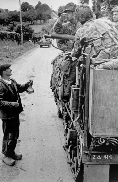 Фермер-француз угощает сидром американских солдат в Нотр-Дам-де-Сении. 28 июля 1944 г.