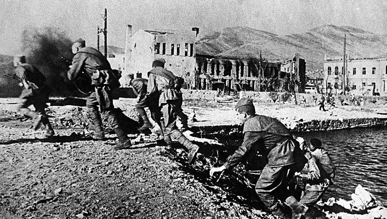 Советские войска высаживаются десантом на причале города. 1942 г.