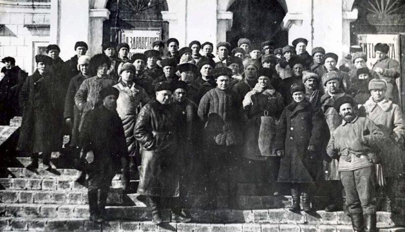Командир Северной группы партизанских отрядов Ставрополья А. Н. Попов с партизанами отряда «Мститель». 1943 г.