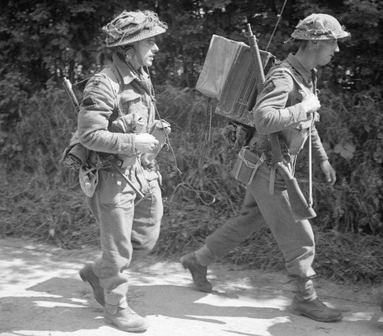Британские пехотинцы у Комонта. 31 июля 1944 г.