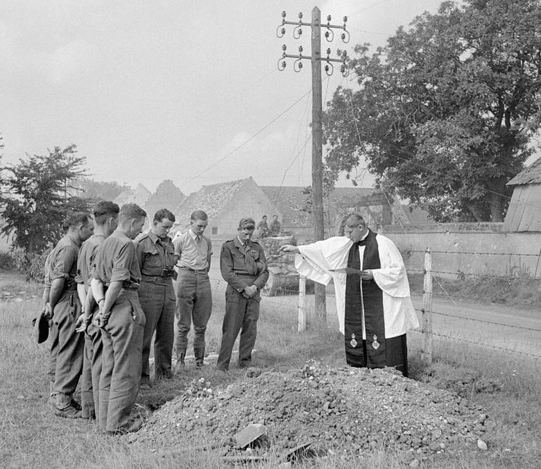 Похороны британского солдата рядом с дорогой в Лезье в Нормандии. Июль 1944 г.