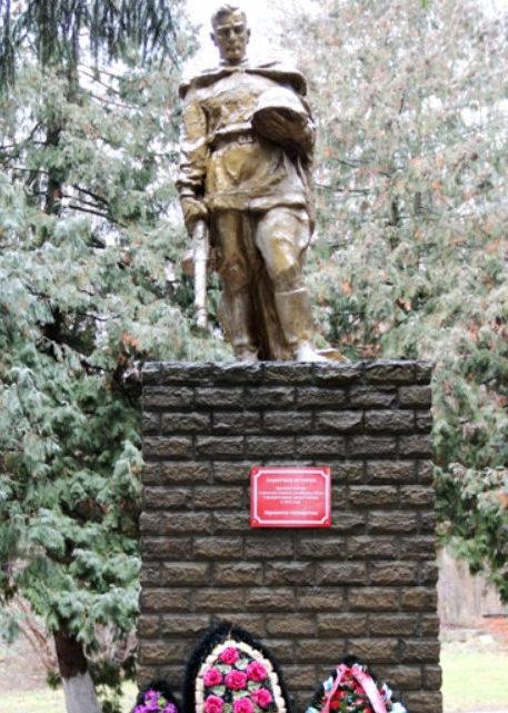 с. Лавы Валуйского городского округа. Памятник на территории санатория «Красная Поляна», установленный на братской могиле, в которой похоронено 16 советских воинов, погибших в 1943 году.