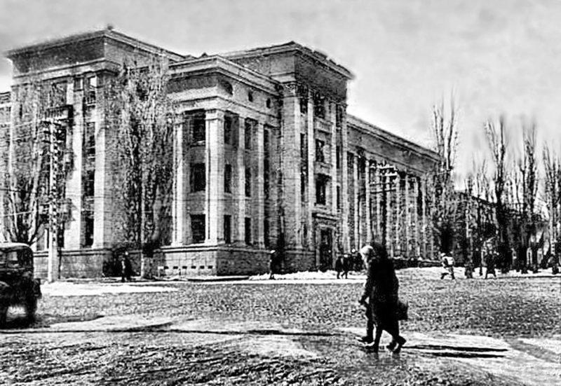 Сгоревшее здание НКВД. 1943 г.