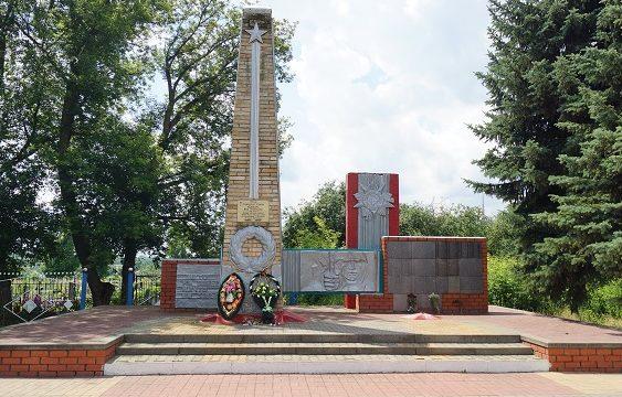 с. Новенькое Ивнянского р-на. Памятник по улице Куйбышева, установленный в 1981 году на братской могиле, в которой похоронено 279 советских воинов, погибших в 1943 году.