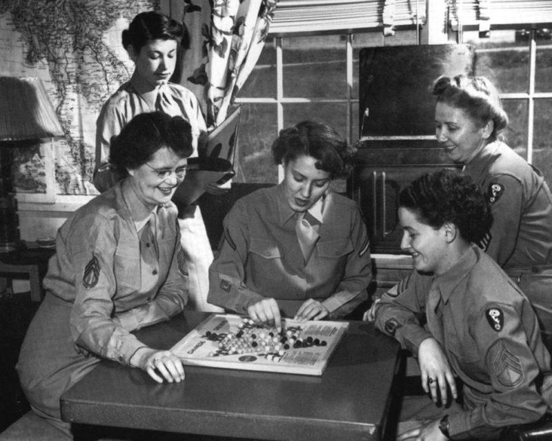 Военнослужащие WAC за игрой в китайские шашки. 1944 г.