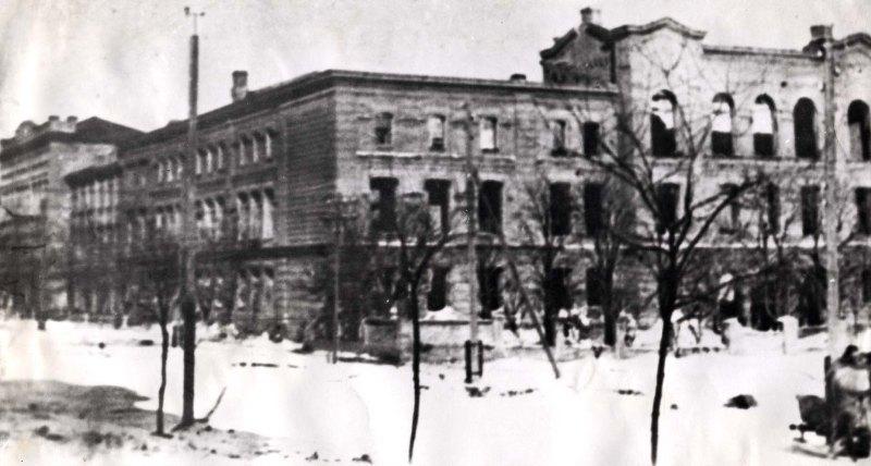 Сожженное здание зооветинститута. 1943 г.