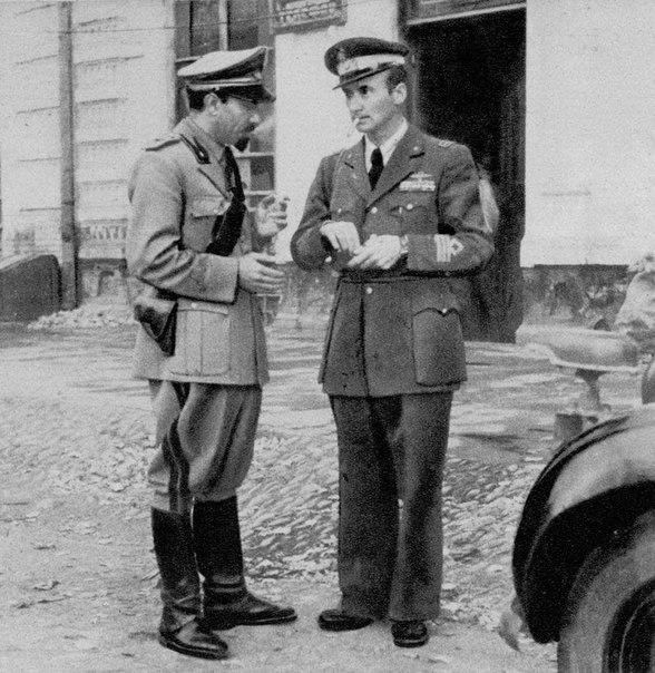 Итальянские офицеры в оккупированном Майкопе. 1942 г.